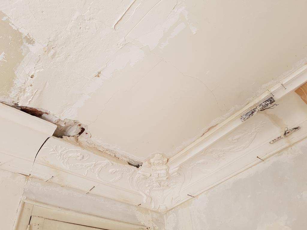 Pose corniche plafond cheap installer des moulures et - Pose de dalles polystyrene au plafond ...